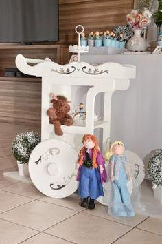 Ideias fofas e criativas para festa Frozen. ACESSE: http://mamaepratica.com.br/2015/06/22/ideias-fofas-criativas-festa-frozen/   Foto: blog Mamãe Prática  #dicas #decoração #ideias #Frozen #Elsa #Anna #docinhos #festa #festainfantil #meninas