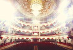 Огромное здание Татарского академического государственного театра оперы и балета имени Мусы Джалиля было построено на Площади Свободы в 1939 г. В 2005 году здание театра открылось после продолжительной масштабной реконструкции. Сцена была оснащена самым современным оборудованием, в здании появились большие и удобные репетиционные залы, зрительный зал стал гораздо более комфортабельным. Любопытно, что согласно исследованиям журнала Forbes, казанский театр оперы и балета является вторым по…