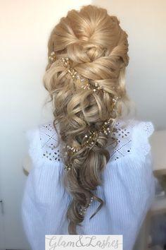 In dit prachtige Mermaid bruidskapsel zitten clipin hairextensions verwerkt. Deze zijn te huren voor een bruidskapsel. Klik op de link voor info #bruidskapsel #clipinhairextensions #clipinextensions #mermaidhair #bridalmermaid #halfopgestoken Clip In Hair Extensions, Lashes, Dreadlocks, Hairstyles, Link, Beauty, Haircuts, Hairdos, Eyelashes