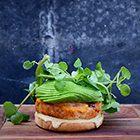 Curry-zalmburger met avocado - recept - okoko recepten