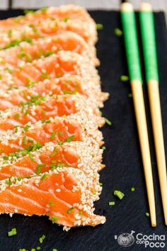 tataki de salmón receta Clean Recipes, Fish Recipes, Seafood Recipes, Cooking Recipes, My Favorite Food, Favorite Recipes, Salmon Sashimi, Healthy Recepies, Exotic Food