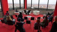 Besucher beim Sofa  Beyer / Roth / Weis