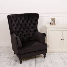Are you interested in our BLACK VELVET BUTTONED CHAIR? With our BLACK FOOTED FEATURE CHAIR you need look no further.