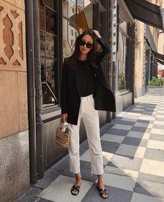 Look com rasteirinha para trabalhar - combina blazer preto, camisa, calça capri. O elegante mix pre Nyc Street Style, Paris Street Fashion, Rihanna Street Style, European Street Style, Casual Street Style, European Fashion, European Casual, Paris Style, Paris Street Styles