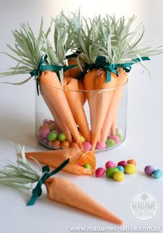 Paper carrots filled with candies - Easy and cute DIY project for easter! - Lembrancinha de cenoura com doces - Artesanato fácil para páscoa. Easter Peeps, Easter Party, Easter Arts And Crafts, Cute Diy Projects, Easter Celebration, Easter Wreaths, Carrots, Carrot Craft, Coffee Filters