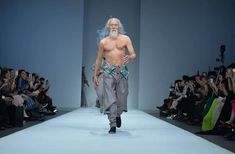 Défiler à la Fashion Week à 80 ans, c'est ce que Wang Deshun a fait en 2015. Retour sur un homme qui regarde la vieillesse de manière très inspirante.