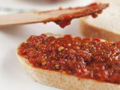 Weißbrot mit Tomaten-Paprika-Aufstrich auf bulgarische Art ist ein Rezept mit frischen Zutaten aus der Kategorie Fruchtgemüse. Probieren Sie dieses und weitere Rezepte von EAT SMARTER!