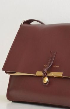 Celine clutch - so beautiful details Celine Bag, My Bags, Purses And Bags, Leather Handbags, Leather Bag, Brown Leather, Lv Handbags, Gold Leather, Slippers