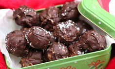 Peanut Butter Snowballs no-bake holiday recipe, it& a very easy recipe with few ingredients. Make for yourself, for a holiday treat exchange or for gifting Peanut Recipes, Baking Recipes, Sweet Recipes, Cookie Recipes, Dessert Recipes, Gin Recipes, Fudge Recipes, Cookie Ideas, Dessert Ideas