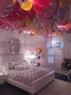 Stephanie loves balloons! So for her 21st birthday, the whole ceiling of her room was covered with balloons inflated with helium! A simple idea but so pretty! Imagine the surprise that was when entering her room! Happy Birthday Stéphanie!