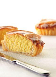 Bereiden:Maak het bladerdeeg: Schep de bloem in een cirkel op het werkblad, zorg voor een kuiltje in het midden. Strooi het zout langs de buitenkant van de bloem. Giet het water in het midden en doe er 25 g boter bij. Meng het water en de boter langzaam met de bloem tot een homogeen deeg. Maak een bol van het deeg, wikkel die in plasticfolie en laat minstens 10 min. rusten in de koelkast. Sweet Desserts, No Bake Desserts, Sweet Recipes, Delicious Desserts, Dessert Recipes, Yummy Food, Belgium Food, Bread Cake, Sweet Tarts
