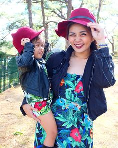 Mother and daughter matching outfits, mommy and me style, mom and daughter matching outfits Mom And Daughter Matching, Mini Me, Matching Outfits, Mommy And Me, Cowboy Hats, Dressing, My Style, Fashion, Moda