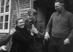 Secuencia de 6 fotografías de un soldado alemán regresando a casa.