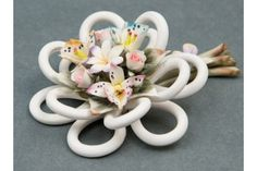 Fantastic favor in Capodimonte porcelain beautifully carved with ringed branch (ring-style) superbly woven and multicolored floral composition created entirely by hand by the artist. Dimensions cm. 5x10