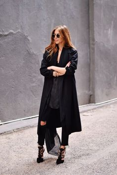 Wondering what to wear? Find outfit ideas, shopping, and street style inspiration to help you get dressed for work, dates, parties and more! Fashion Gone Rouge, Fashion Mode, Minimal Fashion, Fashion Week, Look Fashion, Minimal Style, Street Fashion, Leila Yavari, Street Style Chic