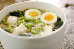 Vandaag gaan we de oosterse toer op. In Japan eten ze misosoep of ramen zoals wij een pak friet halen. Dat is uiteraard een pak gezonder en het smaakt bovendien geweldig. De misopasta en het eekhoorntjesbrood in ramen zijn typische voorbeelden van 'umami', de vijfde smaak die zo kenmerkend is voor de Japanse keuken.Jeroen gebruikt groentebouillon en tofoe voor een vegetarische versie, maar je kan natuurlijk ook kippen- of vleesbouillon gebruiken en blokjes kip of varkensvlees toevoeg
