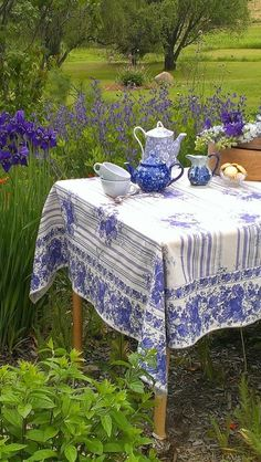 A wonderful space for al fresco tea time dining. Fresco, Dresser La Table, White Dishes, Blue Dishes, Blue And White China, Deco Table, Decoration Table, White Decor, High Tea