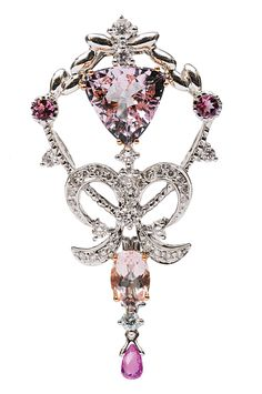 A morganite diamond brooch,    18 ct. white gold. Floral, openworked brooch with 2 morganite in trillant and oval cut of in total c. 3 ct. (9,7 x 10 mm and 7 x 5 mm). With 1 small pear shaped pink sapphire in briolette cut and 2 small round cut diam. pink sapphires