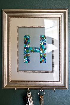 Framed button monogram key holder, cute idea for all those buttons you get with clothes & never use them. Button Art, Button Crafts, Diy Projects To Try, Craft Projects, Craft Ideas, Cute Crafts, Diy Crafts, Frame Crafts, Kids Playroom Storage