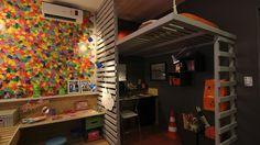 como-a-casa-e-pequena-e-dois-filhos-dividem-o-mesmo-quarto-o-arquiteto-propoe-uma-decoracao-em-dois-estilos-o-canto-do-pre-adolescente-tem-cama-no-mezanino-a-casa-projetada-por-1347375614828_1920x1080