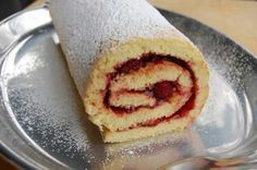 Here is a rolled cake recipe, quick and easy to prepare at home with the thermomix. Tongan Food, Jam Roll, Sweet Recipes, Cake Recipes, Polynesian Food, Thermomix Desserts, Island Food, Rolls Recipe, Kitchenaid