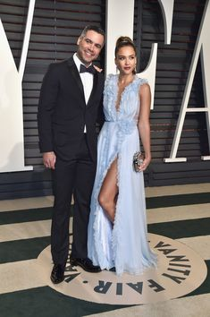 Jessica Alba Photos Photos - Producer Cash Warren (L) and actor Jessica Alba attend the 2017 Vanity Fair Oscar Party hosted by Graydon Carter at Wallis Annenberg Center for the Performing Arts on February 26, 2017 in Beverly Hills, California. - 2017 Vanity Fair Oscar Party Hosted By Graydon Carter - Arrivals