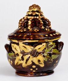 Extremadamente raro e importante Redware Sugar Bowl con decoración aplicada y dio un paso Finial, John Niza, el condado de Montgomery, PA, alrededor de 1830