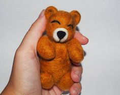 Teddy bear made of 100% wool for felting with needle felted technique. The teddy bear is perfect for use as a props for photographing babies. I can make the bear in other colors. If you want the bear to add a heart (the color you want) in the hands, you would add € 3 to the price. Measures approx: 10cm (3.9 inch) It is not made with molds or with wire, only needle and wool. If you need more pictures, send me a message and Ill send it to you. If you want more than one unit I can manufacture…
