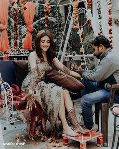 10 Hatke Outfits For Mehendi Instead Of A Lehenga Mehendi Photography, Couple Photography Poses, Bridal Photography, Mehndi Party, Wedding Mehndi, Bridal Mehndi Dresses, Bridal Outfits, Bridal Lehenga, Mehndi Outfit