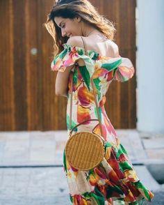 """Alguma dúvida que a bolsa redonda de palha é """"o"""" acessório do verão 2018? @CamilaCoutinho prova que o modelo é versátil e chic. Confira uma galeria repleta de inspirações no link da bio. via L'OFFICIEL BRASIL MAGAZINE INSTAGRAM - Fashion Campaigns  Haute Couture  Advertising  Editorial Photography  Magazine Cover Designs  Supermodels  Runway Models"""