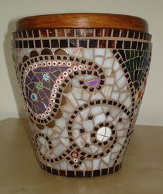 A beautiful mosaic pot in neutral colors! Mosaic Planters, Mosaic Garden Art, Mosaic Vase, Mosaic Flower Pots, Mosaic Diy, Mosaic Crafts, Mosaic Projects, Mosaic Tiles, Pebble Mosaic