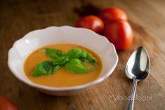 Op zoek naar een lekker tomatensoep recept? Probeer eens een geroosterde tomatensoep gemaakt met verse tomaten die je in de oven roostert voor extra smaak!