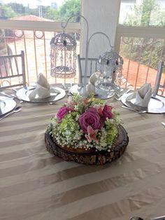 Centro de mesa en tronco con flor natural, jaulas.  Arreglo estilo vintage