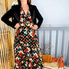 La robe longue fleurie à détails dorés de Lookanou Wrap Dress, Boutique, Dresses With Sleeves, Long Sleeve, Style, Fashion, Blue Earrings, Beautiful Long Dresses, Elastic Waist