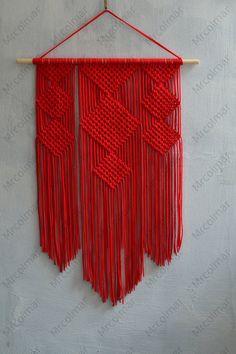 Técnica de macramé hecha a mano de los paneles de pared. Material: 100% poliéster. Color: rojo. Correa: madera natural - pino. Dimensiones: La longitud de la tabla de madera a la parte inferior, incluyendo el hilo de rosca - 85cm/33,5 pulgadas La anchura del tablón de madera - 59 cm/23,2 pulgadas Ancho - 50cm/19,7 pulgadas