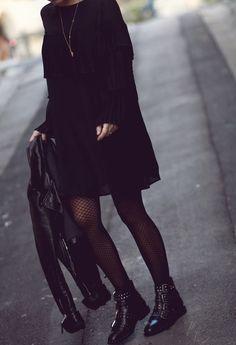 Tous les conseils pour bien choisir tes collants à 40 ans et comment les porter avec style ! Tous les conseils & idées de tenues sont dans cet article ! #tenuefemme40ans #blogmodefemme40ans #tenuestylée #élégante #collants #collantsrésille #petiterobenoire #bootsrock