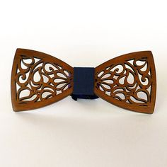 Романтический галстук – бабочка в подарок в виде классической бабочки – баттерфляй из дерева ольха, украшенной резьбой с этническим орнаментом. Изделие покрыто гипоаллергенным лаком на натуральной основе более темного, шоколадного оттенка и украшено лентой темно-серого цвета. Подойдет в