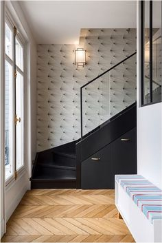 Fan wallpaper in black and white on a staircase. A project by Caroline Andréoni. # DécorationEthnique Source by Staircase Storage, Staircase Design, Wallpaper Stairs, Stair Walls, Black And White Wallpaper, Trendy Wallpaper, Entry Hall, Home And Living, New Homes