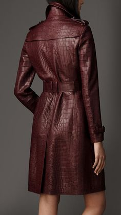 Explore all women's clothing from Burberry including dresses, tailoring, casual separates and more in both seasonal and runway designs Burgundy Leather Jacket, Leather Trench Coat, Burberry Trenchcoat, Coats For Women, Jackets For Women, Designer Leather Jackets, Mode Mantel, Fashion Line, Leather Fashion