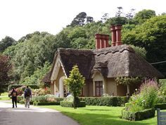 Thatched roof house in Killarney, Co. Kerry, Ireland (by Jean Collet).