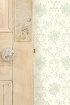 Pretty, trellis wallpaper design created from tiny daisy chains.