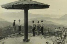 Mines View Park viewing deck, Baguio City. c1956. - simoun (image: Kuyageezer) Philippines Culture, Baguio City, Filipiniana, Velasco, Mansions Homes, Pinoy, Manila, Filipino, Vintage Photos