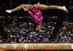 体操選手のGabrielle Douglasさんがロンドンオリンピックのファイナルで演技をする一瞬を見事に捉えたもの。