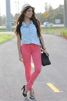 camisa de jeans; pantalon rosa oscuro