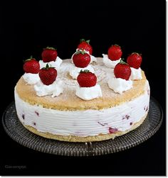 Gizi-receptjei.  Várok mindenkit.: Tejfölös epertorta. Hungarian Cake, Hungarian Recipes, Hungarian Food, Cakes And More, Cheesecake, Minden, Strawberries, Foods, Yogurt