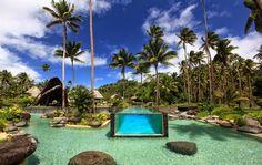 Laucala Island Resort, um hotel localizado em uma ilha perto de Fiji. Sua piscina está localizada dentro das quentes águas azul turquesa