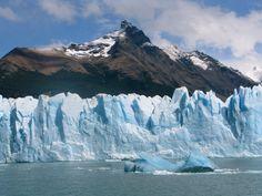 60 Meter hoch ragen blau schillernde Eiswände aus dem Lago Argentino auf, akustisch von ständigem Knacken und Krachen begleitet. Hochhaus-große Eisnadeln stürzen unter unheimlichem Getöse in den See und schwimmen als schillernde Eisberge getragen von hohen Wellen davon (2011)