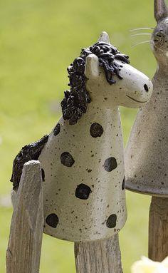 Der Pfostenhocker Pony wird für Keimzeit exklusiv von unserer Künstlerin mit viel Liebe zum Detail von Hand getöpfert.