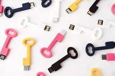 USB-флеш-накопитель (флешка) -  запоминающее устройство, использующее в качестве носителя флеш-память. Для подключения к компьютеру используется стандартный разъем USB.