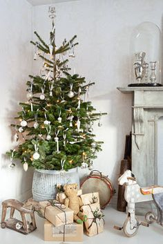 this is adorable! i would very much rather a live tree (potted or outdoors) as a christmas tree than having a cut tree every year.    http://shellsonthebeach.tumblr.com/post/13651626210